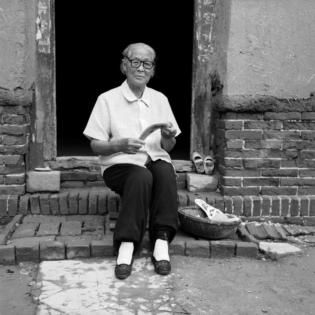 Hou Jun Rong sewing, 75, [2007] (1932—)